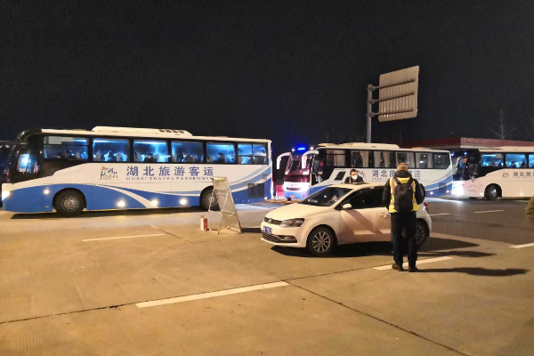 Autobuses con ciudadanos británicos en el puesto de control.