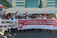 Trabajadores del IIS La Fe concentrados ante el hospital para denunciar su precariedad laboral desde hace 15 años.