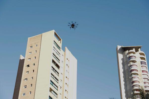 El dron de Vodafone 5G volando entre rascacielos de Benidorm.