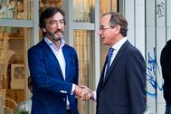 Iñaki Oyarzábal saluda al presidente del PPvasco,  Alfonso Alonso, en Vitoria.