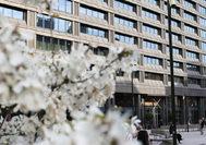 """Precisamente en Suecia, el país donde el arquitecto y crítico Hans Asplund acuñó el término de <em>Ny Brutalism</em> o nuevo brutalismo, encontramos en las antiguas oficinas del Swedbank, el <a href=""""https://hotelatsix.com"""" target=""""_blank"""">hotel At Six</a>. Propiedad del noruego Petter Stordalen y miembro del sello <strong><a href=""""http://www.preferredhotels.com"""" target=""""_blank"""">The Preferred Hotels</a></strong>, este cinco estrellas abrió sus puertas en el céntrico barrio de Norrmalm en 2017, tras la puesta apunto llevada a cabo por el londinense Universal Design Studio."""