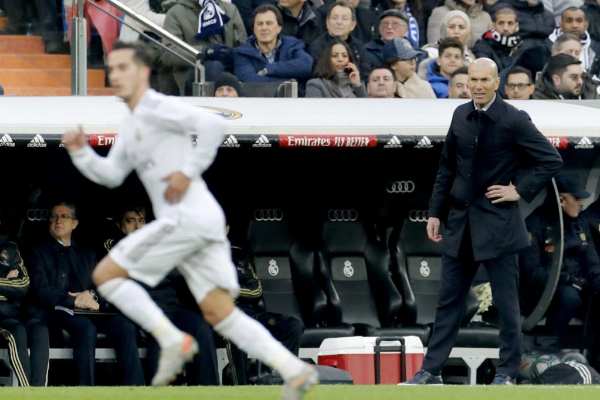 Lucas Vázquez pasa por delante de Zidane