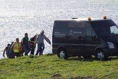 Momento del traslado de uno de los cadáveres hallados en aguas de Tarifa y perteneciente a uno de los tripulantes del Rúa Mar.