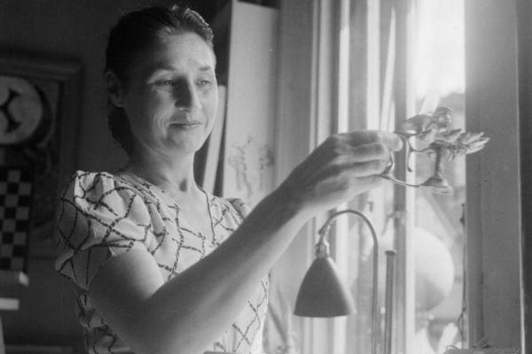 La escritora Valentine Penrose en el estudio de la fotógrafa Eileen Agar, en Londres, en 1989.