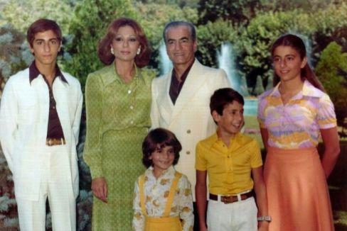 El Sha de Persia con su familia.