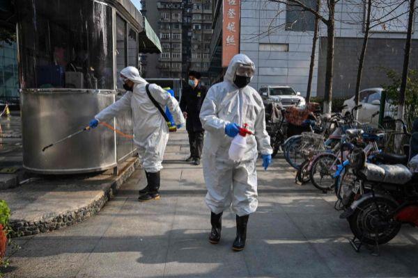 Trabajadores en tareas de desinfección en Wuhan | Héctor Retamal/ AFP