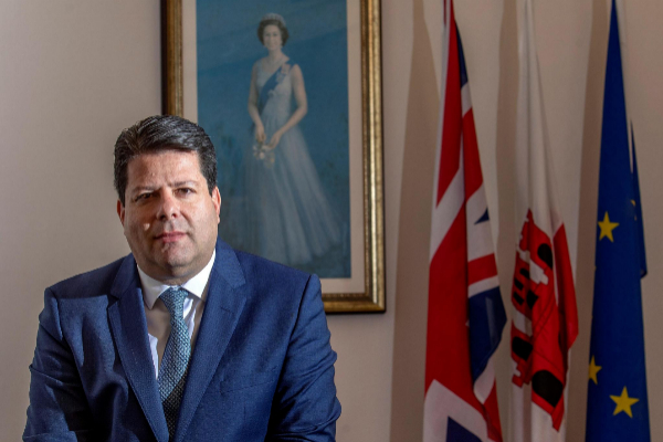 El ministro principal de Gibraltar, Fabian Picardo, posa en su despacho.