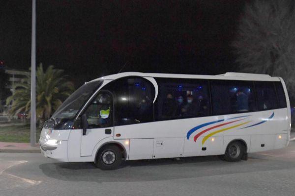 El autocar que ha trasladado a los repatriados al Hospital Gómez Ulla | Pierre-Philippe Marcou / AFP