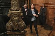 La alcaldesa de Barcelona, Ada Colau, y el líder de ERC en el ayuntamiento, Ernest Maragall, este viernes, a la salida del Pleno municipal.