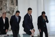 El presidente del Gobierno, Pedro Sánchez (segundo por la dcha.), este jueves, con los agentes sociales, en La Moncloa.
