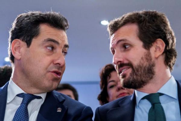 El presidente del PP, Pablo Casado (dcha.), con el presidente andaluz, Juan Manuel Moreno, este jueves, en Sevilla.