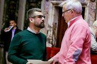 Pere Fuset conversa con Joan Ribó durante un pleno municipal.