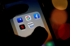 Logotipos de las aplicaciones para móvil de <HIT>Google</HIT>, Amazon, Facebook, Apple y Netflix.