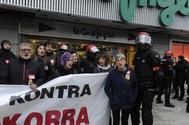 Participantes en la huelga general del 30-E protestan frente a las puertas de un centro comercial en Vitoria protegido por la Ertzaintza.