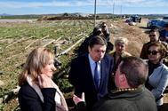 El ministro de Agricultura, Luis Planas, y la alcaldesa de Níjar (Almería), Esperanza Pérez, charlan con agricultores, este viernes.