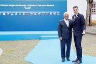Pedro Sánchez (derecha) y António Costa, hoy, en Beja.