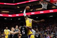 LeBron James entra a canasta en el partido ante Sacramento.