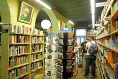 Imagen de una librería de Gerona, con una sección dedicada a España.