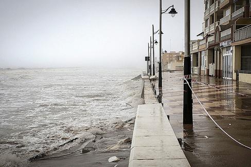 Tramo del paseo marítimo de El Perelló destrozado por la borrasca Gloria.
