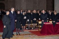 Los Reyes de España, la infanta Elena y la infanta Cristina y los reyes eméritos en El Escorial en el funeral ofrecido por Pilar de Borbón