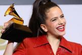 Rosalía con su premio Grammy, que celebró después en un club de striptease.