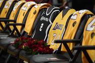 Camisetas de Kobe en el primer partido de los Lakers en el Staples.
