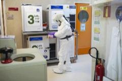 Una investigadora manipula muestras de coronavirus MERS en condiciones de bioseguridad.