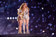 Shakira y Jennifer López se abrazan al finalizar su espectáculo.