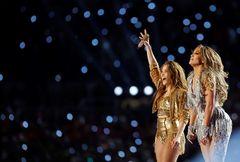 -FOTODELDÍA- MCX002. MIAMI GARDENS (ESTADOS UNIDOS), 02/02/2020.- La cantante colombiana <HIT>Shakira</HIT> (i) y la estadounidense Jennifer López (d) saludan a los espectadores este domingo tras el espectáculo de medio tiempo del Super Bowl LIV en el estadio Hard Rock de Miami Gardens, Florida (Estados Unidos).