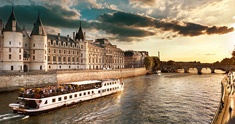 Un 'bateau mouche' a su paso por el Sena.