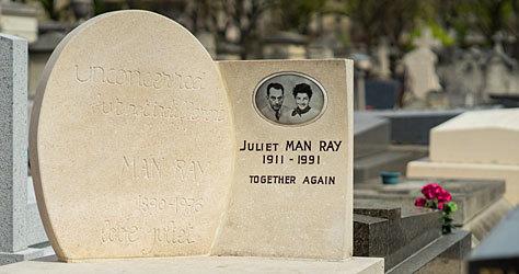 Tumba de Man Ray y su esposa Juliet en Montparnasse.
