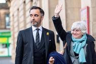 Clara Ponsatí, junto a su abogado Aamer Anwar, a su llegada al tribunal de Edimburgo.
