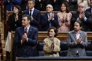 Pedro Sánchez, Carmen Calvo y Pablo Iglesias, aplaudiendo al Rey.