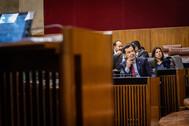 El presidente de la Junta, Juanma Moreno Bonilla, en su escaño del Parlamento de Andalucía.