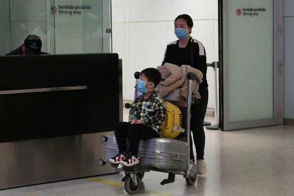 Pasajeros con mascarillas para evitar contagios de coronavirus en un...
