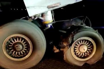 Así quedaron la rueda y el motor del avión tras el incidente en Barajas