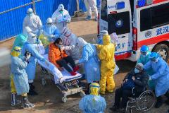 Un paciente llega en ambulancia al hospital de Wuhan, construido en 10 días.