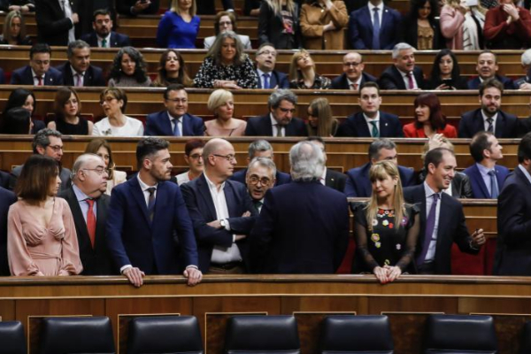 Diputados del PSOE y Vox, ayer, durante su encontronazo en el...