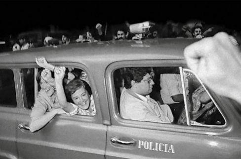 María Elia y Lucía Topolansky, protagonistas de '38 estrellas', celebran la aministía de 1983.