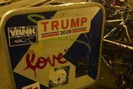 Pegatina de la campaña presidencial de Trump en París.