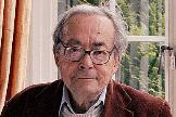 El filósofo y crítico literario George Steiner, fotografiado en su domicilio con uno de sus libros.