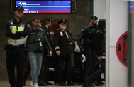 El piloto del vuelo Air Canadá (c) abandona la Sala Lozoya, localizada en la Terminal 1 del Aeropuerto Madrid-Barajas