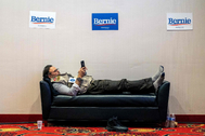 Un periodista que cubre la campaña de Sanders espera los resultados.