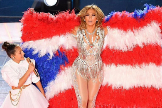 Lopez, en el momento de la actuación en el que viste la polémica capa.