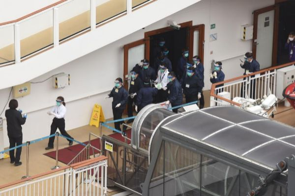 Los equipos sanitarios suben al 'World Dream', atracado en Hong Kong | Miguel Candela / EFE