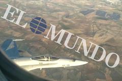 """Las conversaciones del piloto con la torre de control y el F-18: """"Volamos con un solo motor y con daños en una rueda"""""""