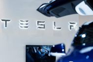 El logo de Tesla en una feria de motor.