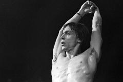 Iggy Pop en un concierto en los años 70.