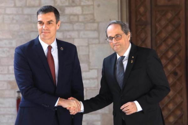 Pedro Sánchez y Quim Torra se saludan antes de su reunión en el...