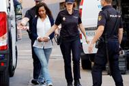 Ana Julia Quezada es conducida por la Policía durante el juicio celebrado en Almería.